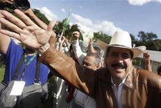 <p>El derrocado presidente Manuel Zelaya saluda a sus partidarios desde la embajada brasileña en Tegucigalpa, 21 sep 2009. El Gobierno de facto de Honduras dijo el lunes que responsabilizará a Brasil por posibles actos de violencia, como consecuencia de haber dado refugio al derrocado presidente Manuel Zelaya en su embajada en Tegucigalpa. REUTERS/Edgard Garrido</p>