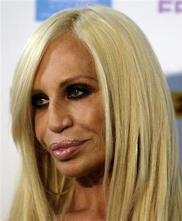 Fashion designer Donatella Versace arrives before the Fashion Fringe 2010 Spring/Summer collection show during London Fashion Week, September 21, 2009. REUTERS/Stefan Wermuth