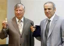 <p>Former chess world champions Garry Kasparov (R) and Anatoly Karpov pose with their chess figures at a news conference in Valencia, September 21, 2009, before their 25th anniversary match to be held Tuesday to Thursday. REUTERS/Heino Kalis</p>