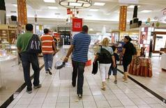 <p>Shoppers are evacuated from a Bay department store in downtown Montreal August 24, 2007. REUTERS/Shaun Best</p>