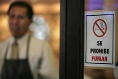 <p>Знак, означающий запрет курения, в ресторане в Мехико 3 апреля 2008 года. Запрет курения в общественных местах значительно сократил количество инфарктов, сообщили ученые США. REUTERS/Andrew Winning</p>