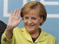 <p>German Chancellor Angela Merkel waves farewell to the crowd following an election campaign rally in Kassel September 21, 2009. REUTERS/Wolfgang Rattay</p>