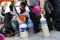 <p>Фермеры бесплатно раздают людям молоко в Париже 22 сентября 2009 года. Владельцы молочных ферм во Франции во вторник раздали 22.000 литров молока на Площади Республики в центре Парижа с целью привлечь внимание к своей недавней забастовки. REUTERS/Jacky Naegelen</p>