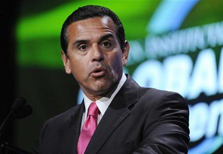 Antonio Villaraigosa, Mayor of Los Angeles, speaks during the ''U.S. Overview: When Will Growth Resume?'' panel at the 2009 Milken Institute Global Conference in Beverly Hills, California April 27, 2009. REUTERS/Phil McCarten