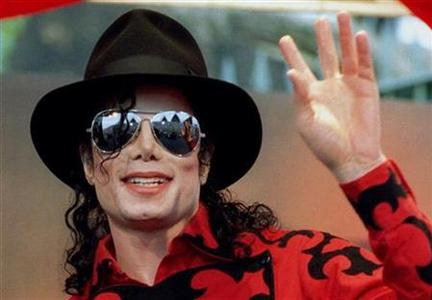 Michael Jackson waves to the crowd, numbering a few thousand, gathered in front of the Sydney Opera House in this November 17, 1996 file photo.REUTERS/Megan Lewis/Files