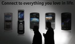 <p>Research In Motion (RIM), le concepteur du BlackBerry, a annoncé une baisse de son bénéfice trimestriel et présenté des prévisions inférieures aux attentes du marché pour la période précédant les fêtes de fin d'année. /Photo prise le 2 mars 2009/REUTERS/Hannibal Hanschke</p>