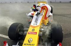 <p>Piloto francês da Renault Romain Grosjean sai do carro após bater no treino livre para o GP de Cingapura REUTERS/Russell Boyce</p>