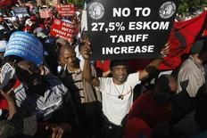 <p>Members of the Congress of South African Trade Unions (COSATU) march through the streets of Cape Town in protest against high food, fuel and electricity prices August 6, 2008. REUTERS/Mike Hutchings</p>