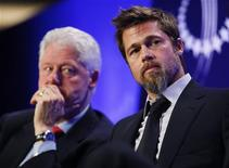 <p>O ator Brad Pitt (dir) foi homenageado por seu trabalho humanitário em instituição do ex-presidente Bill Clinton (esq) REUTERS/Chip East (UNITED STATES POLITICS ENTERTAINMENT)</p>