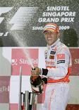 <p>Lewis Hamilton, da McLaren, comemorando vitória no GP de Cingapura no circuito de Marina Bay neste domingo. Hamilton vence em Cingapura; Button amplia vantagem para Rubinho. REUTERS/Russell Boyce</p>