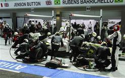 <p>Rubens Barrichello, da Brawn GP, fazendo pit stopo durante o GP de Cingapura neste domingo. Barrichello culpa problema em box por resultado; Button comemora. REUTERS/Vivek Prakash</p>