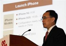 <p>Il presidente di China Unicom Chang Xiaobing durante la conferenza di lancio dell'iPhone. REUTERS/Bobby Yip</p>