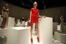 <p>A model presents a creation as part of the Versus Spring/Summer 2010 women's collection during Milan Fashion Week September 27, 2009. REUTERS/Stefano Rellandini</p>