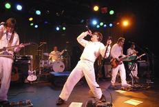 <p>Foto sin fechar entregada a Reuters de la presentación del grupo Weezer en el teatro Roxy en Los Angeles, EEUU. Recientes presentaciones en clubes de las bandas de rock Weezer, Wolfmother y The Killers están siendo transmitidas por Yahoo, gracias a una alianza con la última edición del videojuego Guitar Hero. REUTERS/Stephanie Cabral-Yahoo/Handout</p>