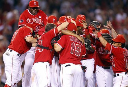 Los Angeles Angels players celebrate after defeating the Texas Rangers in their baseball game and clinching the MLB American League Western Division in Anaheim, California, September 28, 2009. REUTERS/Lucy Nicholson