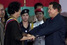 <p>Hugo Chavez e Muammar Gheddafi durante il loro incontro. REUTERS/Carlos Garcia Rawlins (VENEZUELA POLITICS)</p>