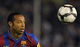 <p>O atacante Thierry Henry do Barcelona joga partida contra o Racing Santander pelo campeonato espanhol. Henry não vai atuar na partida do Barcelona contra o Dynamo Kiev pela Liga dos Campeões na terça-feira por conta de uma lesão no músculo de uma perna sofrida no fim de semana, disse o técnico Pep Guardiola nesta segunda-feira.22/09/2009.REUTERS/Felix Ordonez</p>