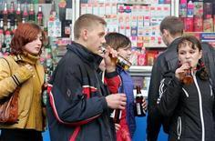 """<p>Подростки пьют пиво у киоска в центре Москвы 28 октября 2004 года. Министерство промышленности и торговли РФ предложило """"установить запрет на продажу пива и напитков, изготавливаемых на его основе, вне стационарных объектов торговли"""". REUTERS/Sergei Karpukhin</p>"""
