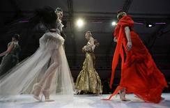 <p>Modelle durante una sfilata di Christian Lacroix. REUTERS/Vivek Prakash</p>