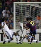 <p>O jogador Pedro Rodriguez do Barcelona marca o segundo gol na partida contra o Dínamo de Kiev. Lionel Messi e Pedro marcaram nos dois tempos da partida e deram ao Barcelona uma vitória de 2 x 0 sobre o Dynamo Kiev em jogo do Grupo F da Liga dos Campeões nesta terça-feira.29/09/2009.REUTERS/Gustau Nacarino</p>