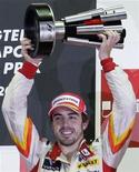 <p>Il pilota spagnolo Fernando Alonso festeggia al Gran Premio di Singapore. REUTERS/Russell Boyce</p>