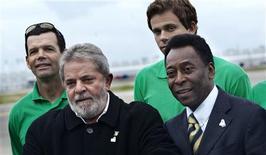 <p>O presidente Luís Inacio Lula da Silva e Pelé posam para foto da candidatura do Rio de Janeiro para sediar as Olimpíadas de 2016.O tricampeão mundial Pelé nunca teve a chance de disputar uma olimpíada, mas o ex-atleta de 68 anos acredita que ainda pode ajudar o Rio de Janeiro a sediar os Jogos de 2016.30/09/2009.REUTERS/Jens Norgaard Larsen/Scanpix</p>