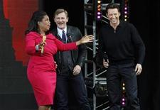 <p>La presentatrice Oprah Winfrey con gli attori Hugh Jackman (destra) e Daniel Craig. REUTERS/Mike Segar</p>