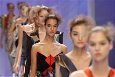<p>Models present creations by Japanese designer Hiroko Koshino as part of her Spring/Summer 2010 collection during Paris Fashion Week October 1, 2009. REUTERS/Benoit Tessier</p>