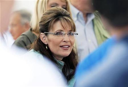 Sarah Palin is pictured while serving hot dogs at the annual Governor's Picnic in Fairbanks, Alaska, July 26, 2009. REUTERS/Nathaniel Wilder (UNITED STATES POLITICS)