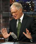 """<p>Imagen de archivo de David Letterman durante su programa en Nueva York, 21 sep 2009. El conductor de televisión estadounidense David Letterman dijo el jueves que fue víctima de un intento de extorsión por 2 millones de dólares, planeado por un hombre que amenazó con escribir un guión sobre los romances que el animador sostuvo con miembros de su equipo. Un empleado de """"48 Hours"""", un programa documental de la cadena CBS que analiza de manera regular crímenes reales, fue arrestado el jueves en relación con el caso, informó CBS en una declaración. REUTERS/Kevin Lamarque/Archivo</p>"""