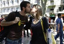 <p>A couple kiss along Las Ramblas street during traditional Sant Jordi's day celebrations in Barcelona April 23, 2009. REUTERS/Gustau Nacarino</p>