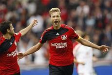 <p>Os jogadores do Bayer Leverkusen Barnetta e Rolfes comemoram gol contra o Nuremberg. O Bayer Leverkusen goleou neste sábado o Nurenberg, que está em péssima situação, por 4 a 0, e assumiu a liderança do Campeonato Alemão, enquanto o Bayern de Munique aumentou para três o número de jogos sem marcar gol, após ficar apenas no empate por 0 x 0 em casa com o Colônia.03/10/2009.REUTERS/Ina Fassbender</p>