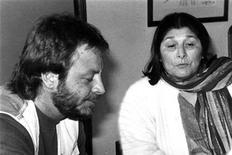 <p>Foto de archivo de la artista argentina Mercedes Sosa, quien falleció el domingo, junto al cantante León Gieco, dos voces que se alzaron contra la dictadura militar que gobernó Argentina entre 1976 y 1983. REUTERS/La Gaceta/Files</p>