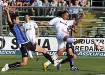 <p>O atacante do AC Milan Ronaldinho marca gol contra o Atalanta pelo campeonato italiano. Ronaldinho Gaúcho, que começou a partida no banco de reservas, marcou um gol a sete minutos do fim da partida, garantindo o empate de um Milan em má fase por 1 x 1 com o Atalanta, que jogava com apenas 10 homens neste domingo em duelo válido pelo Campeonato Italiano.04/10/2009.REUTERS/Paolo Bona</p>