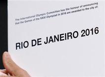"""<p>Президент МОК Жак Рогге держит в рках карточку с напдисью """"Рио-де-Жанейро 2016"""" на сессии организации в Копенгагене 2 октября 2009 года. Международный олимпийский комитет выбрал Рио-де-Жанейро местом проведения летних Олимпийских игр 2016 года. REUTERS/Charles Dharapak/Pool</p>"""