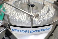 <p>Ампулы с вакциной от гриппа H1N1 на этикетировочной машине на заводе Sanofi Pasteur в Свифтвотер, штат Пенсильвания. Медики штатов Индиана и Теннеси начнут вакцинацию населения США от опасного гриппа H1N1 в понедельник, сообщил Центр по сдерживанию и предотвращению заболеваний США. REUTERS/Sanofi-Aventis/Handout</p>