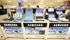 <p>Samsung Electronics, qui doit publier ses comptes trimestriels le 30 octobre, prévoit un résultat d'exploitation consolidé d'environ 4.100 milliards de wons (2,3 milliards d'euros), soit plus qu'attendu par le marché (3.800 milliards) et en forte hausse par rapport aux 2.420 milliards de wons réalisés au deuxième trimestre. /Photo prise le 6 juillet 2009/REUTERS/Jo Yong-Hak</p>