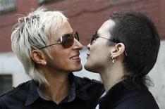 <p>Лесбийская пара Ирина Шипитко (слева) и Ирина Фет целуются перед зданием Тверского окружного суда, Москва 26 августа 2009 года. Российский суд отклонил просьбу лесбийской пары заставить загс официально зарегистрировать их союз, сообщила представитель суда. REUTERS/Denis Sinyakov</p>