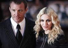 """<p>Imagen de archivo del director de cine Guy Ritchie y la cantante Madonna en el estreno de """"RocknRolla"""" en Londres, 1 sep 2008. Madonna ganó el martes un juicio por daños y perjuicios a un periódico británico por violar su privacidad e infringir los derechos de autor al publicar unas fotos """"robadas"""" de su boda con el director de cine Guy Ritchie. La cantante, que acaba de terminar su gira mundial """"Sticky & Sweet"""", no acudió al Tribunal Supremo de Londres durante el juicio contra Associated Newspapers, editor del diario Mail on Sunday. REUTERS/Stephen Hird/Archivo</p>"""