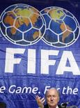<p>Il presidente della Fifa Josep Blatter in conferenza stampa a Tokyo. REUTERS/Issei Kato</p>
