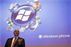 """<p>Steve Ballmer, le directeur général de Microsoft, en conférence de presse à Issy-les-Moulineaux, en région parisienne. Le premier éditeur mondial de logiciels a présenté mardi une nouvelle plateforme pour les téléphones mobiles portant le nom """"Windows phones"""" en partenariat avec des fabricants de combinés, espérant avec cette mouture mieux concurrencer l'iPhone d'Apple et le Blackberry de RIM. /Photo prise le 6 octobre 2009/REUTERS/Charles Platiau</p>"""