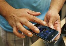 <p>L'opérateur de télécommunications américain AT&T a annoncé que les applications de téléphonie par internet (VoIP) installées sur l'iPhone d'Apple pourraient désormais fonctionner sur son réseau 3G. /Photo prise le 19 juin 2009/REUTERS/Lucas Jackson</p>