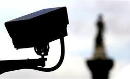 <p>Une caméra de surveillance dans le centre de Londres. Une société privée va proposer aux citoyens britanniques ayant un ordinateur chez eux de visionner en direct des images prises par des caméras de surveillance pour dénoncer les crimes et délits. /Photo d'archives/REUTERS/Mike Finn-Kelcey</p>