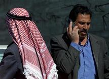 <p>Immagine di un palestinese al telefono nella zona della Striscia di Gaza. REUTERS/Natalie Behring</p>