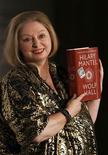 """<p>A escritora Hilary Mantel posa com sue livro """"Wolf Hall"""", em Londres. Candidata favorita dos editores, a britânica Hilary Mantel conquistou o cobiçado Man Booker Prize nesta terça-feira pelo romance histórico """"Wolf Hall"""", superando seu principal concorrente por três votos a dois na fase final de votação.06/10/2009.REUTERS/Luke MacGregor</p>"""