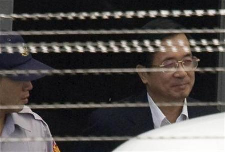 Former Taiwan president Chen Shui-bian (R) leaves for the Taipei high court from the Tucheng Dentention Centre in Taipei County September 24, 2009. REUTERS/Pichi Chuang