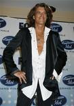 """<p>Гитарист Aerosmith Джо Перри позирует фотографам на финале телешоу """"American Idol"""" в Голливуде 23 мая 2007 года. Легендарная американская рок- группа Aerosmith за 40 лет своего существования смогла пережить многое: от простых разногласий внутри коллектива до серьезных проблем с наркотиками. REUTERS/Fred Prouser</p>"""