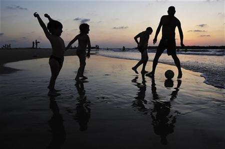 An Israeli family plays soccer together on the beach in the southern city of Ashkelon August 23, 2009. REUTERS/Amir Cohen