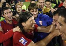 <p>Игроки сборной Сербии радуются победе над сборной Румынии и выходу в финальную часть чемпионата мира 2010 года в ЮАР в Белграде 10 октября 2009 года. С трудом преодолевшая сопротивление россиян Германия, забившая на последних минутах Дания, стильная Сербия и драматичная Италия обеспечили себе выход в финальную часть чемпионата мира 2010 года в субботу. REUTERS/Ivan Milutinovic</p>