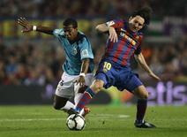<p>O atacante do Barcelona Lionel Messi divide bola durante jogo no Camp Nou. O Barcelona está interessado em reforçar seu elenco na janela de transferência de janeiro, disse o diretor esportivo Txiki Bergiristain neste domingo, segundo o jornal Sport.03/10/2009REUTERS/Gustau Nacarino</p>